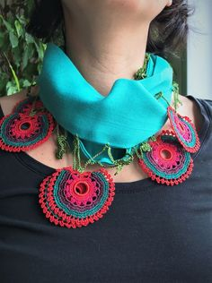 This Pin was discovered by Emi Crochet Flower Patterns, Macrame Patterns, Crochet Flowers, Crochet Lace, Crochet Accessories, Handmade Accessories, Top Tejidos A Crochet, Kalamkari Dresses, Saree Kuchu Designs