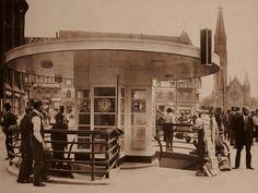 Moderne Architektur auf dem Alexanderplatz. Pavillon mit Telefonzelle und unterirdischen Toiletten. Berlin, Mai 1932. o.p.