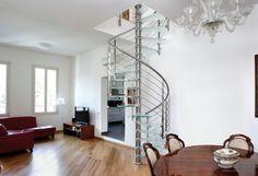 Легкая винтовая красавица, выполненная их зрома и стекла, украшает и оживляет интерьер гостиной