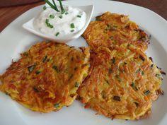 Das perfekte Gemüserösti mit Schnittlauchquark-Rezept mit einfacher Schritt-für-Schritt-Anleitung: Die Kartoffeln und die Möhren mit dem Sparschäler…