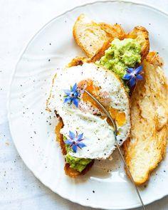 Leider wird es mit einem Wienerroither #Frühstück noch etwas dauern, aber inzwischen musst Du Dir nur zu helfen wissen! 🤗 Unsere #Empfehlung für Dein Frühstück #daheim: Hol dir ein feines Wienerroither #Croissant - knusprig toasten, etwas hausgemachte #Guacamole drauf und dann noch ein richtig gutes #Spiegelei on top .... 😋 ma guat! 🥐🥑🍳 Der Bäck vom See! 🥨 Guacamole, Croissant, Avocado Toast, Breakfast, Coffee Cafe, Home Made, Food And Drinks, Brot, Knowledge