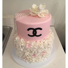 Image in Chanel👛💋🕶 collection by angela. Coco Chanel Cake, Bolo Chanel, Chanel Birthday Cake, Birthday Cake Girls, Birthday Cakes, Pretty Cakes, Beautiful Cakes, Amazing Cakes, Girly Cakes