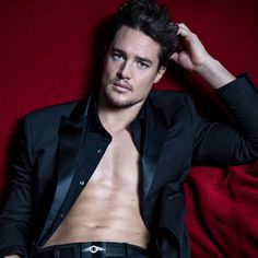 With Old Hollywood good looks, charisma and down to earth charm, Alexander Dreymon, star of The Last Kingdom, is indeed the last of his kind. Most Beautiful Man, Gorgeous Men, Beautiful People, Uhtred De Bebbanburg, Alexander Dreymon, Alexander Skarsgard, Famous Pictures, Celebrity Crush, Celebrity Photos