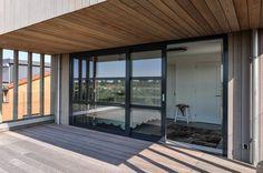 Een zeer ruime dakopbouw geheel in red cedar bekleed met een enorm dakterras. In de dakopbouw bevinden zich een zeer ruime slaapkamer met inloopkast en een lichte overloop naar nog een slaapkamer. De kamerbrede schuifpui geeft toegang tot het dakterras met uitzicht op de fraai aangelegde tuin. Het dakterras is omheind met dubbel gelaagd glas wat een nog ruimtelijker effect geeft.: