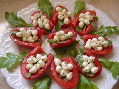 Scodelle di pomodori con perline di mozzarella