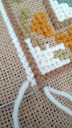 Arraiolos rugs - decoration and courses! sales and materials courses . Hand Embroidery Designs, Ribbon Embroidery, Cross Stitch Embroidery, Embroidery Patterns, Cross Stitch Patterns, Crochet Patterns, Plastic Canvas Stitches, Plastic Canvas Patterns, Needlepoint Stitches