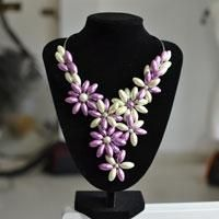 In this article, you can see a free tutorial on how to make a chunk orchid pearl flower necklace.