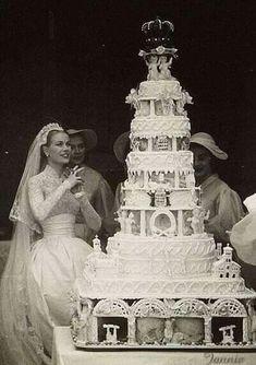 Grace Kelly Wedding, Grace Kelly Style, Royal Brides, Royal Weddings, Royal Wedding Cakes, Royal Wedding Dresses, Cake Wedding, Wedding Themes, Wedding Photos
