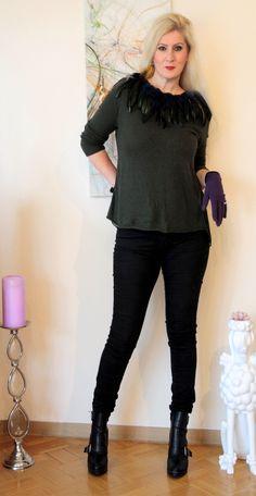 Schlichter dunkelgrüner Wollpullover von Zara am Rücken in Chiffon-Faltenkoptik und etwas länger aufgepimpt mit Federn