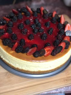 Ingredients  2 cups crushed biscuit  100 grams butter  800 grams cream cheese    1 1/4 cup Suga p  400 grams sour cream   1 1/4 cream for dessert   Vanilla  4 eggs Sweets Recipes, Desserts, New York Style Cheesecake, Sour Cream, Biscuits, Raspberry, Juice, Vanilla, Cups
