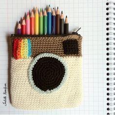 Cute crocheted instagram colored pencil pouch! http://in.lesinrocks.com/high-tech/familles/retrofuturiste/