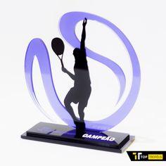 Troféu de Tênis com design exclusivo, seguindo o conceito de troféu-arte da Top Troféus. Todo em acrílico, permite gravação a laser em sua base.