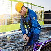 AKER - Arbeitskleidung von Helly Hansen Workwear® Aker bietet die perfekte Kombination aus praktischer Funktionalität und modernem, stilbewusstem Design.  Die hochgradig funktionale Kollektion bietet Ihrem Träger das ganze Jahr über Schutz vor Wind und Wetter.