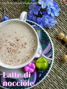 Latte di nocciole, facile da fare in casa e buonissimo sia freddo che caldo! #nocciole #ricette ricette vegane latte vegetale vegan recipes nut milk