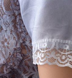 Camiseta con varios combinados de tejido y encaje, la parte de atrás confeccionada con punto, las mangas y el bajo de seda, con imagen estampada.