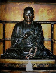 【京都・東寺/弘法大師坐像(1233年)】東寺の親厳の依頼により、天福元年制作。空海の弟子の真如が描いた空海の肖像とほぼ同じといわれている。最古の大師像といわれ、他の大師像の模範とされている。現在も庶民の信仰を広く集める像。