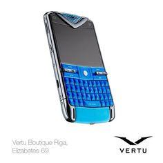 Vertu evolūcija  2010 –VERTU CONSTELLATION QUEST  Jauns cēliens – uzņēmums izgatavo pirmo smartfonu, kurš strādā ar ОС Symbian no Nokia. Elegants dizains un servisa pakete, kas atbilst VIP līmenim. Ļoti īsā laikā Vertu Constellation Quest ieņem ievērojamu vietu luksusa telefonu klasē.  Vertu эволюция  2010 –VERTU CONSTELLATION QUEST  Новый прорыв – компания выпускает первый смартфон, работающий на ОС Symbian от Nokia.