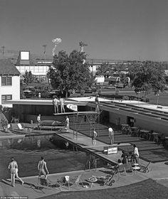 🌎──────────── Las Vegas visitors observe the mushroom cloud from an atomic test just 65 miles away. USA, 1955. 🇧🇷──────────── Visitantes de Las Vegas observam a nuvem de cogumelo de um teste atômico há apenas 104 km distante. EUA, 1955. 🇪🇸──────────── Visitantes de Las Vegas observan la nube de hongo producto de una prueba atómica a apenas 104 km de distancia. EEUU, 1955. 🇮🇷──────────── بازدیدکنندگان لاس وگاس در حال مشاهده ابر قارچی حاصل از یک آزمایش اتمی ۶۵ مایل دورتر از محل انفجار