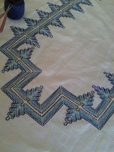 Vagonite - artesã Eli de Oliveira Fazendo.... ( ideia Romilda Dias) Cat Cross Stitches, Cross Stitch Bookmarks, Embroidery Stitches, Embroidery Patterns, Swedish Embroidery, Geometric Embroidery, Broderie Bargello, Huck Towels, Swedish Weaving Patterns