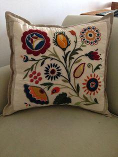 Almohadón bordado a mano en lana sobre lienzo con borde de lino