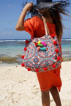 Pompom beach bag& pompom bag& bag& by JavaSpirit Boho Chic, Hippy Chic, Sewing Jeans, Yoga Bag, Beach Tote Bags, Clutch Purse, Boho Fashion, Tassels, Shoulder Bag