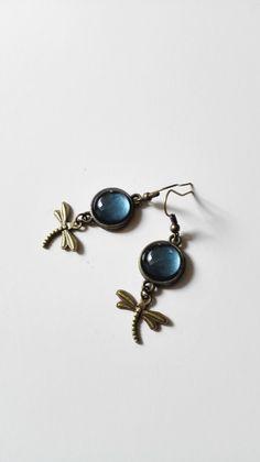 Boucles d'oreilles Claire Fraser cabochon bleu libellule bronze antique Outlander Ecosse : Boucles d'oreille par miss-perles