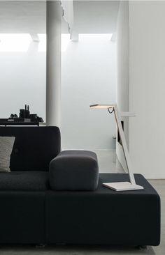 Mobil, kabellose und anpassungsfähig: Die Roxxane Tischleuchte lässt sich mühelos von Raum zu Raum transportieren | mobile Akkuleuchte | LED-Leuchte | Nimbus Designleuchte | LED-Technologie | kabellos | mobil | Wohnzimmer | Leseleuchte | Leselampe | Akkulampe #nimbus #roxxane #LED #portable #licht #lichtdesign #tischleuchte #frankeleuchten #unsereideenleuchten Nimbus, Technology, Light Design, Living Room