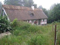 korsvirkes hus med halmtak