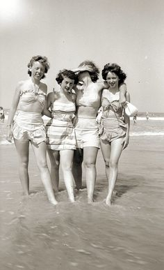 Teen girlfriends enjoying a day at the beach, 1940s Outfits, Vintage Outfits, Vintage Photographs, Vintage Photos, Outfit Strand, 1940s Fashion, Fashion Vintage, Vintage Swimsuits, Marilyn Monroe Photos