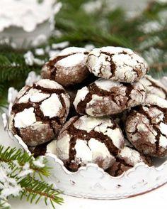Mormors julkakor | Snökakor med choklad Baking Recipes, Cookie Recipes, Grandma Cookies, Bagan, Sweet Cooking, Delicious Deserts, Sweet Little Things, Chocolate Sweets, Swedish Recipes