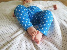 DIY: Cómo hacer leggings para bebés / Actitud y alegría. Baby Dress Patterns, Sewing For Kids, Sewing Crafts, Slippers, Leggings, Amanda, Valentino, Dresses, Outfits