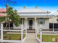 Love this fence Photo of a corrugated iron house exterior from real Australian home - House Facade photo 1603073 Fence Design, Facade Design, House Design, Victorian Style Homes, Victorian Cottage, Cottage Exterior, Exterior House Colors, Architecture Design, Australian Architecture