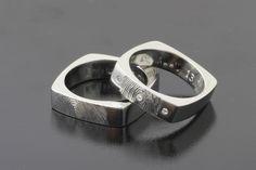 """Rozmawiamy z Andrzejem Bielakiem, projektantem biżuterii i twórcą firmy """"Inne Obrączki"""", tworzącą unikalne obrączki i pierścionki zaręczynowe."""