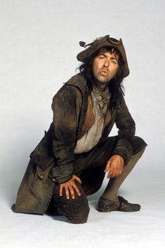 Pirat, piratlajv. Helhet. Brun färgskala. Solkiga, skitiga, slitna plagg.