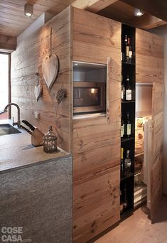 Here, we share a few magnificent rustic bathroom ideas that you may refer whilst you are planning to beautify the beauty of your bathroom! Chalet Interior, Patio Interior, Interior Design Kitchen, Mountain Living, Mountain Homes, Style At Home, Suite Principal, Timber Cabin, Cabin Kitchens