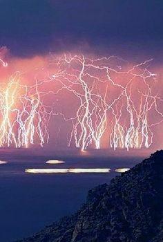 Λέγεται Μαρακαΐμπο, και αποτελεί ένα μοναδικό φαινόμενο με καιρικές συνθήκες σαν να φαίνεται ότ...