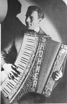 Otto Sorrossato auf einem Spezial-Akkordeon von Hohner, aus der Sammlung von Dragspelsexpo aus Ransäter, Schweden