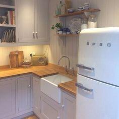 20 Lovely Retro Kitchen Design Ideas - Home Decor Kitchen Design Open, Kitchen Layout, Interior Design Kitchen, Smeg Kitchen, Kitchen Dining, Smeg Fridge, Kitchen Shelves, Cottage Kitchens, Home Kitchens