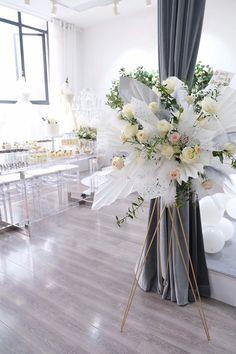 Unique Flowers, Beautiful Flowers, Event Planning Guide, Flower Boutique, Decoration Originale, Flower Stands, Table Centerpieces, Flower Decorations, Event Design