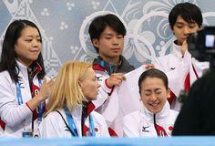 【フィギュア団体】女子SP得点発表を聞く浅田(右下)=ロシア・ソチのアイスベルク・パレスで2014年2月8日 (500×339)