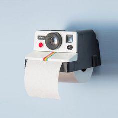 Polaroid in einem etwas anderen Kontext: Unser Polaroll Toilettenpapierhalter sieht zwar aus wie eine Sofortbildkamera, macht aber keine Fotos. Versprochen!