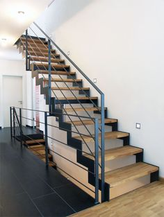 This staircase is modern, thanks to the combination of light wood, black . This staircase is modern, thanks to the combination of light wood, black . Staircase Railing Design, Modern Railing, Modern Stairs, Railing Ideas, Staircase Ideas, Cheap Stair Parts, Stairway Decorating, Floating Staircase, Stairs Architecture