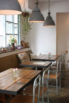 reclaimed wood for table tops, and neat vintage chairs. On the eclectic side.Lighting, reclaimed wood for table tops, and neat vintage chairs. On the eclectic side. Vintage Cafe, Vintage Chairs, Cafe Restaurant, Deco Pizzeria, Café Design, Design Elements, Deco Cafe, Cafe Seating, Cafe Bench