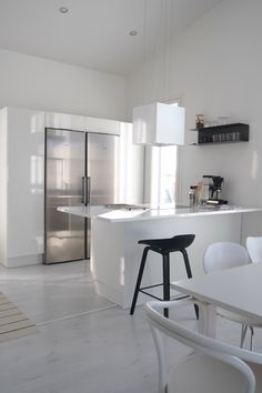 Hannas Home / kitchen / white interior / Kotimme keittiö Tudor Kitchen, Kitchen Dining, Kitchen White, Monochrome Interior, Scandinavian Kitchen, White Houses, Minimal Design, Dining Area, Home Kitchens