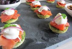 Hapje van een mini omelet met zalm en mayonaise Tapas, Cheese Burger, Appetizer Recipes, Appetizers, Sandwiches, Good Food, Yummy Food, Egg Dish, Snacks Für Party