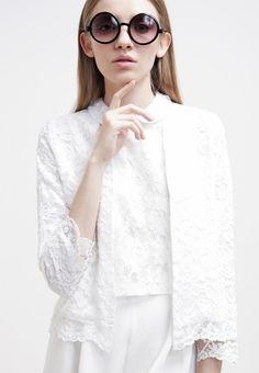 Der weiße Cardigan aus Spitze ist ein echter Hingucker und gibt jedem Outfit einen romantischen Touch ♥ ab 34,95 €