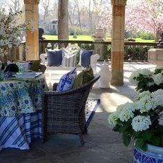 Almoço na varanda, diante de um jardim bem cuidado, a mesa compondo com as almofadas...  Beleza e charme sem medidas, via @theenchantedhome. Amei, Tina!