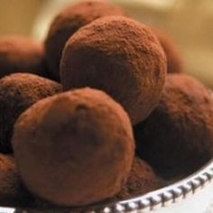 Receita de Trufas de Chocolate Simples - 1 lata de creme de leite ou creme de soja (200 g) , 1 1/2 tablete de chocolate ao leite picado (aproximadamente 255...