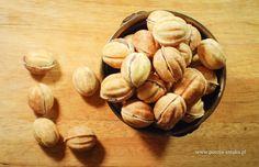Orzeszki z masą z mleka w proszku (oryginalny przepis z PRL) Polish Recipes, Biscuits, Almond, Stuffed Mushrooms, Food And Drink, Sweets, Healthy Recipes, Diet, Baking