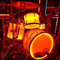 ooooh i really wish i had a drum set and if i did i would want one like this and make it glow GREEN!